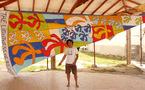 Piaf,artiste surfeur,un pied sur la board une main sur la toile